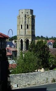 Dans la commune de Charroux (Vienne), on dit qu'il y aurait 71 trésors à découvrir, dans l'abbaye Saint-Sauveur, aujourd'hui en ruines
