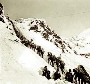 Chercheurs d'or franchissant le col du Chilkoot en 1898, lors de la ruée vers l'or de l'Alaska et du Grand Nord