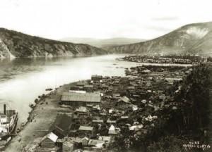 Klondike City (au premier plan) avec le fleuve Yukon à gauche et Dawson City à l'arrière-plan, 1899