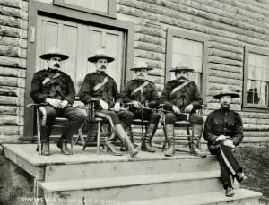 Officiers de la Police Montée à Dawson City en juillet 1900