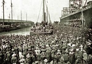 1897, dans le port de San Francisco, l'Excelcior quitte la quai à destination du Yukon. Tous les bateaux sont pris d'assaut par les chercheurs d'or. démon