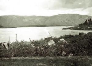 Campement de tentes le long de la rivière Pelly, un affluent du Yukon, en 1898