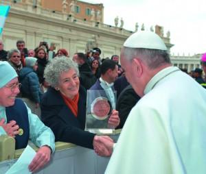 Laura CRETATRA offrant la monnaie officielle de l'Exposition Universelle au Pape François à Rome.