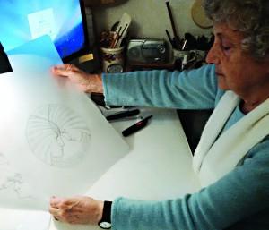 Laura CRETARA montrant le premier dessin de la médaille qu'elle a créée pour symboliser le passage de témoin entre Milan (2015) et Dubaï (2020).