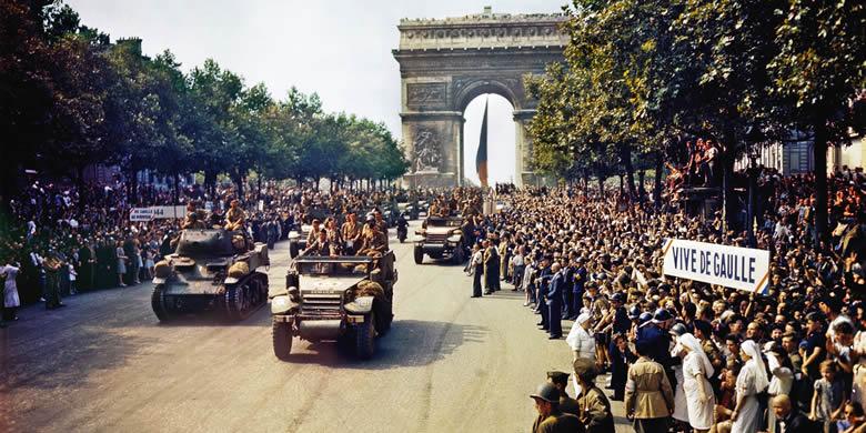 Le 26 août 1944, le général de Gaulle défile triomphalement sur les Champs Elysées